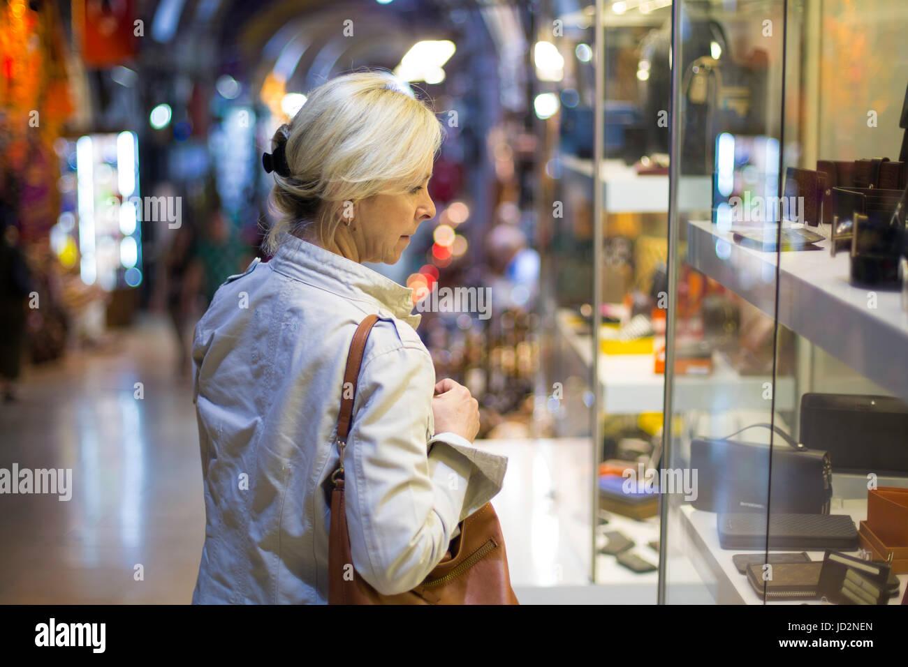 Femme d'âge moyen dans la devanture du shopping dans le Grand Bazar, Istanbul Photo Stock