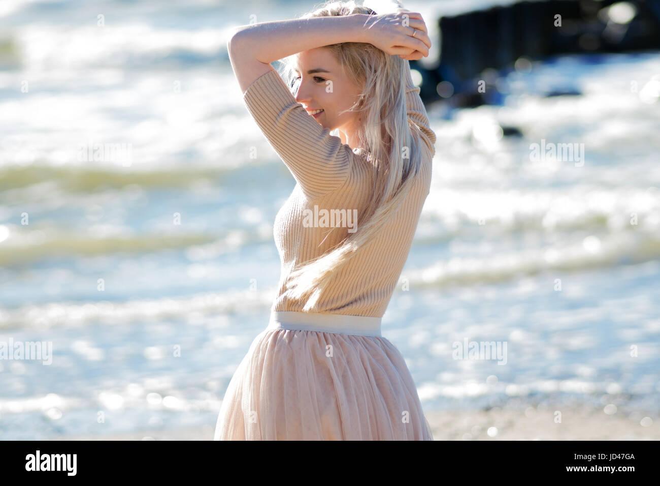 cheerful Young Jeune le femme en mer souriant la girl Jupe tendance de sur bord beige blonde très wwp4dqr