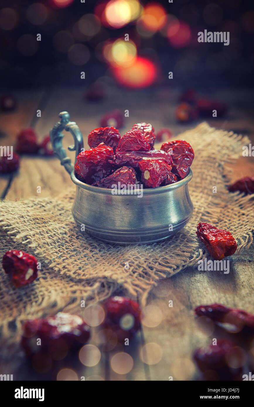 Red chili pepper dans une tasse sur la table en bois aces Photo Stock