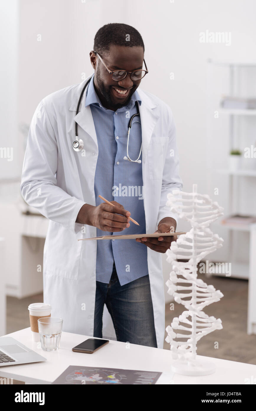 Smart scientist holding positive ses notes Banque D'Images