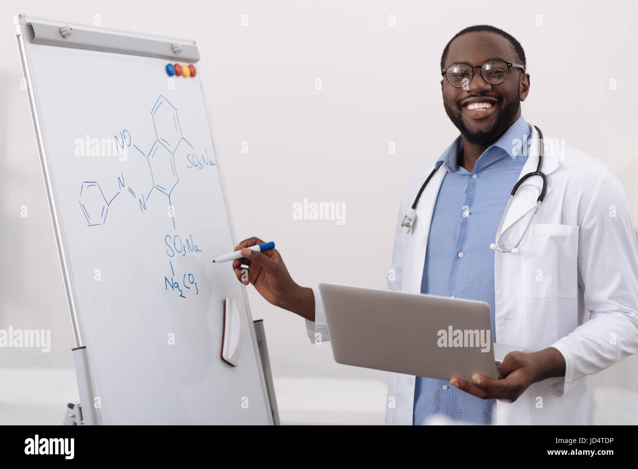 Cheerful scientifique positive a laptop Banque D'Images