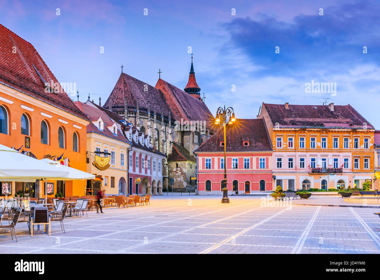 Brasov, Roumanie. L'église noire dans la place principale de la vieille ville. Photo Stock