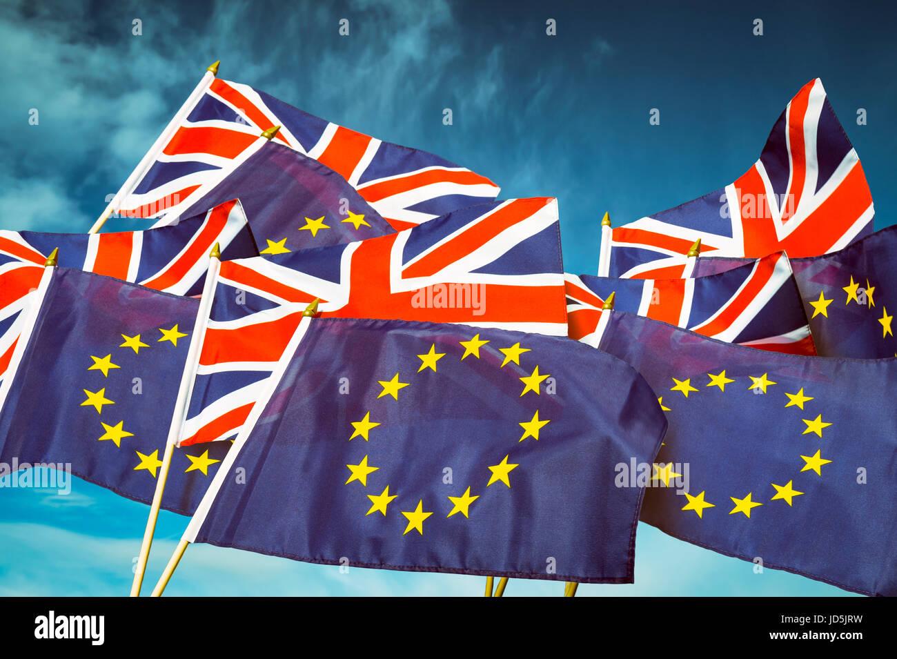 L'Union européenne et la Union Jack flag flying en face de ciel bleu dans une déclaration de l'Union Photo Stock