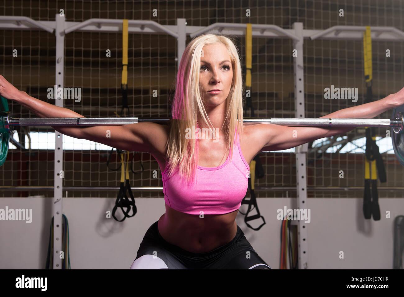 Les Squats D Halteres Fitness Femme Un Des Meilleurs Exercices De Musculation Pour Les Jambes Photo Stock Alamy