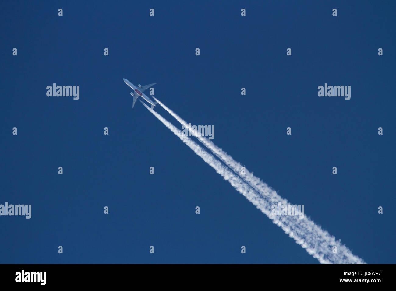 Les voyages aériens et l'environnement. Unis Boeing 777 avion à réaction volant à altitude Photo Stock