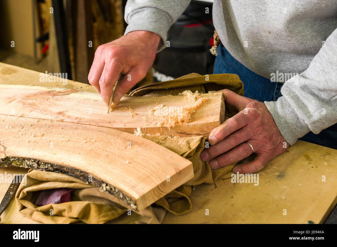 Menuisier le lissage du bois avec du verre dans l'atelier Banque D'Images