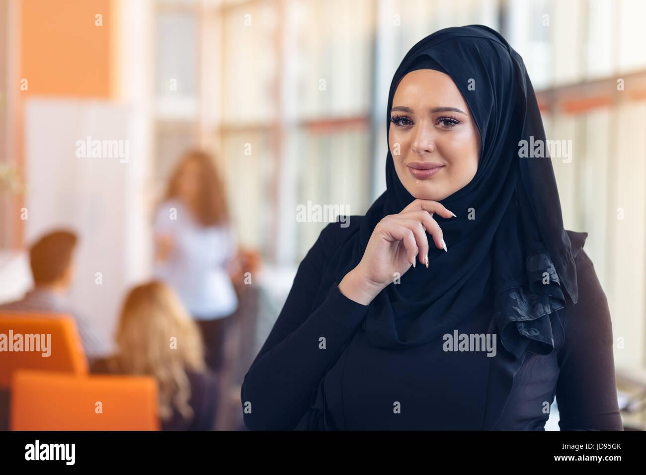Joli portrait de jeune femme musulmane avec hijab noir au bureau