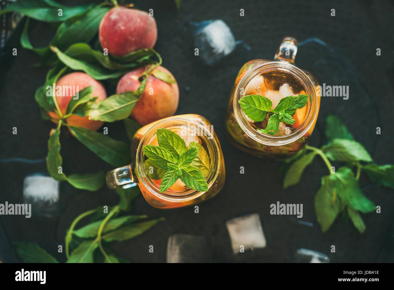Rafraîchissant de l'été thé glacé pêche froide dans des bocaux en verre Photo Stock
