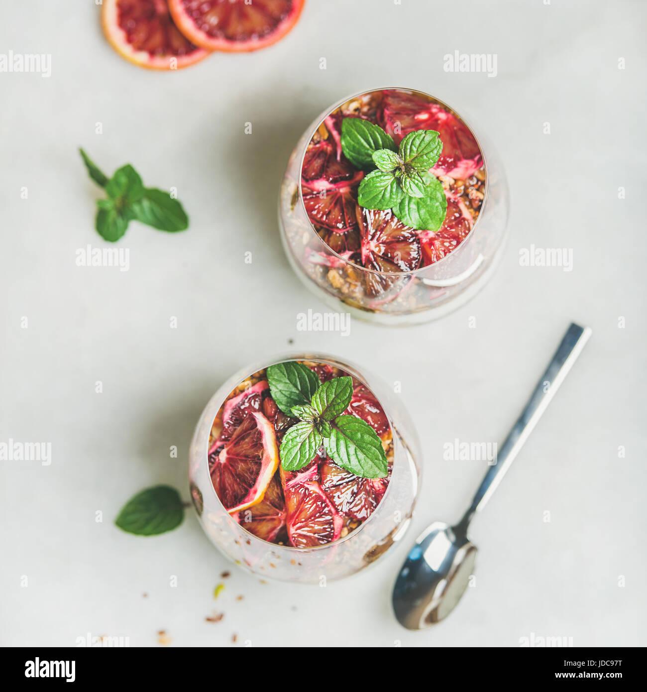 Petit-déjeuner sain avec yaourt, céréales, parfait en couches d'orange Photo Stock