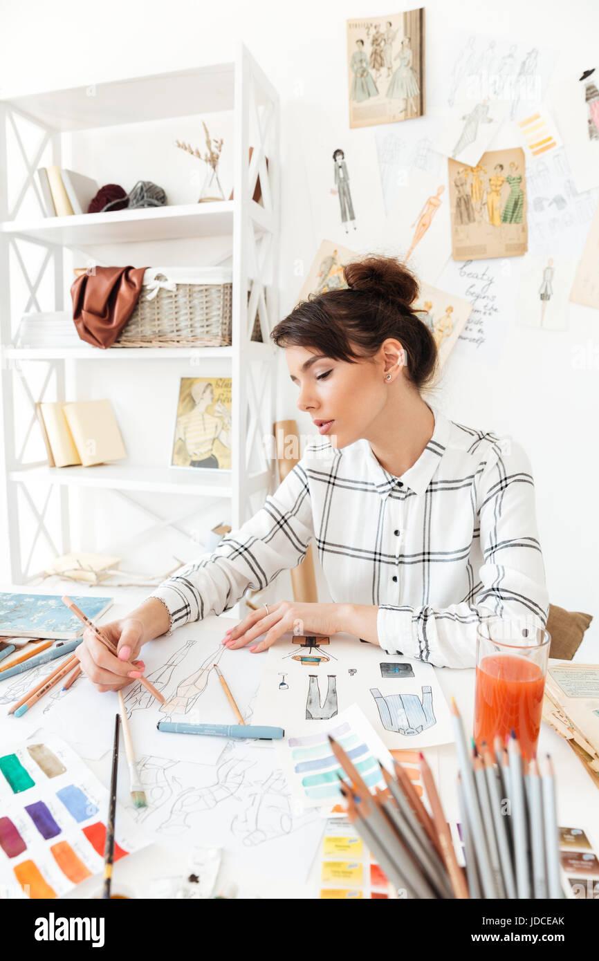 Portrait d'une belle jeune femme designer de mode travaillant en atelier Banque D'Images