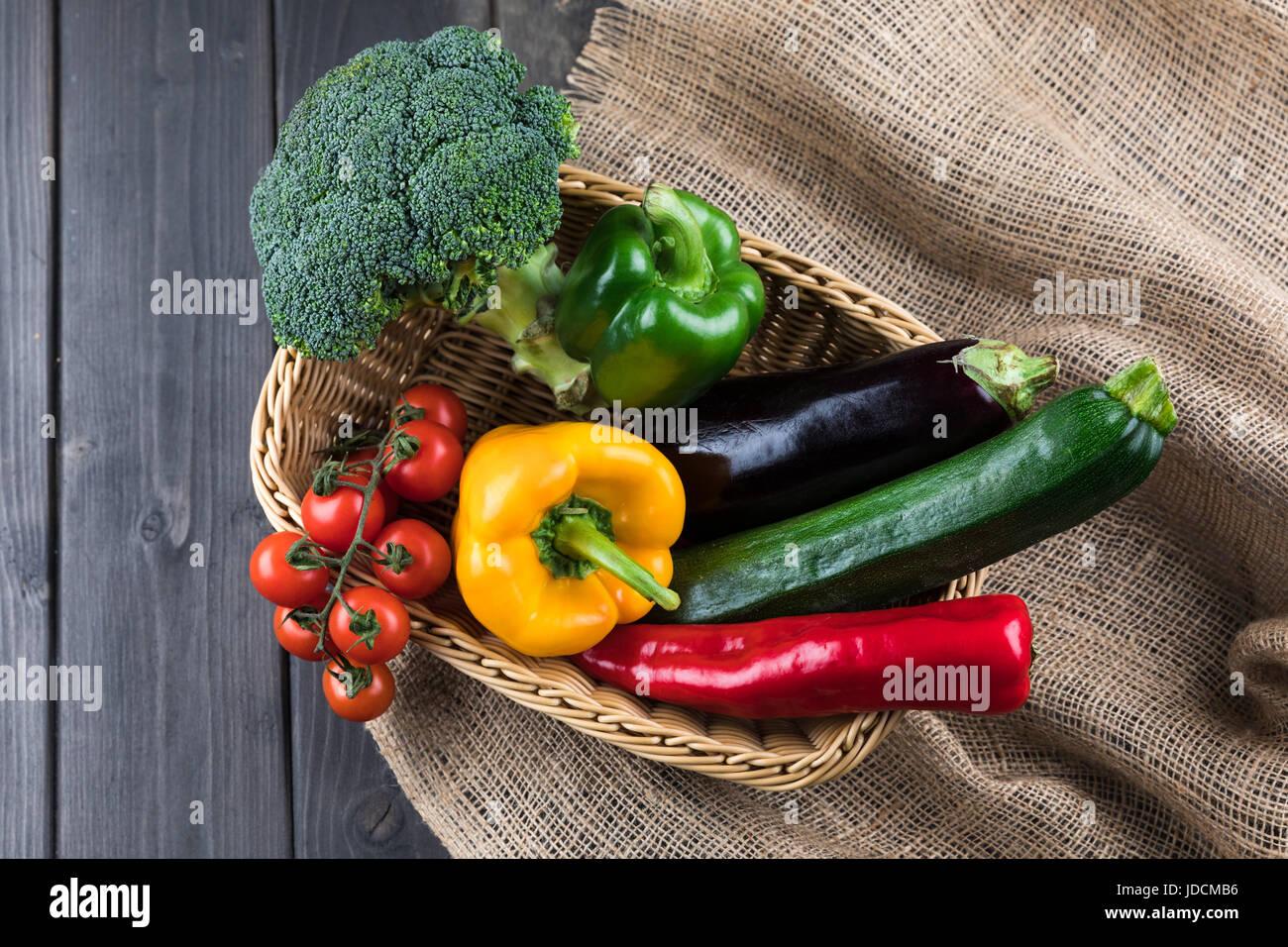Vue de dessus de légumes frais de saison dans le panier sur la table rustique en bois Photo Stock