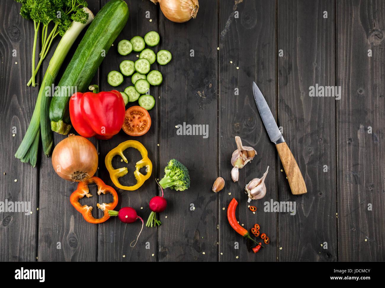 Vue de dessus de légumes frais de saison et le couteau sur fond de table en bois Photo Stock