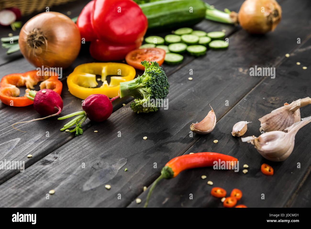 Vue rapprochée de légumes frais de saison sur fond de bois rustique Photo Stock