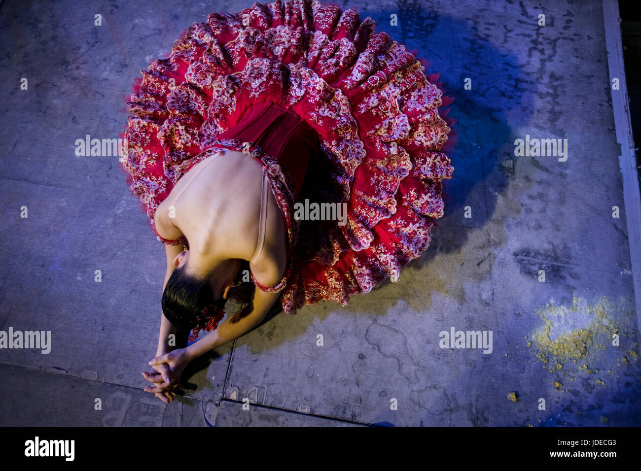 Une ballerine s'apprête à se rendre sur la scène de The Bolshoi theter avant exécution à Photo Stock