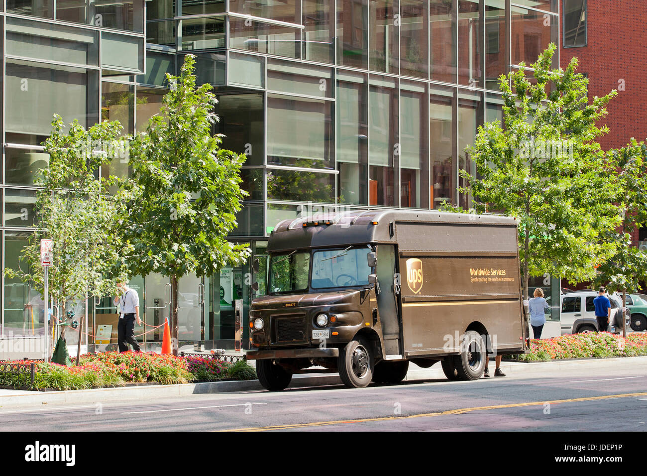 Ups parked truck photos & ups parked truck images alamy