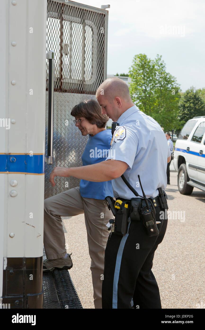 La police a arrêté un manifestant de l'environnement conduit en fourgon de police - Washington, DC Photo Stock
