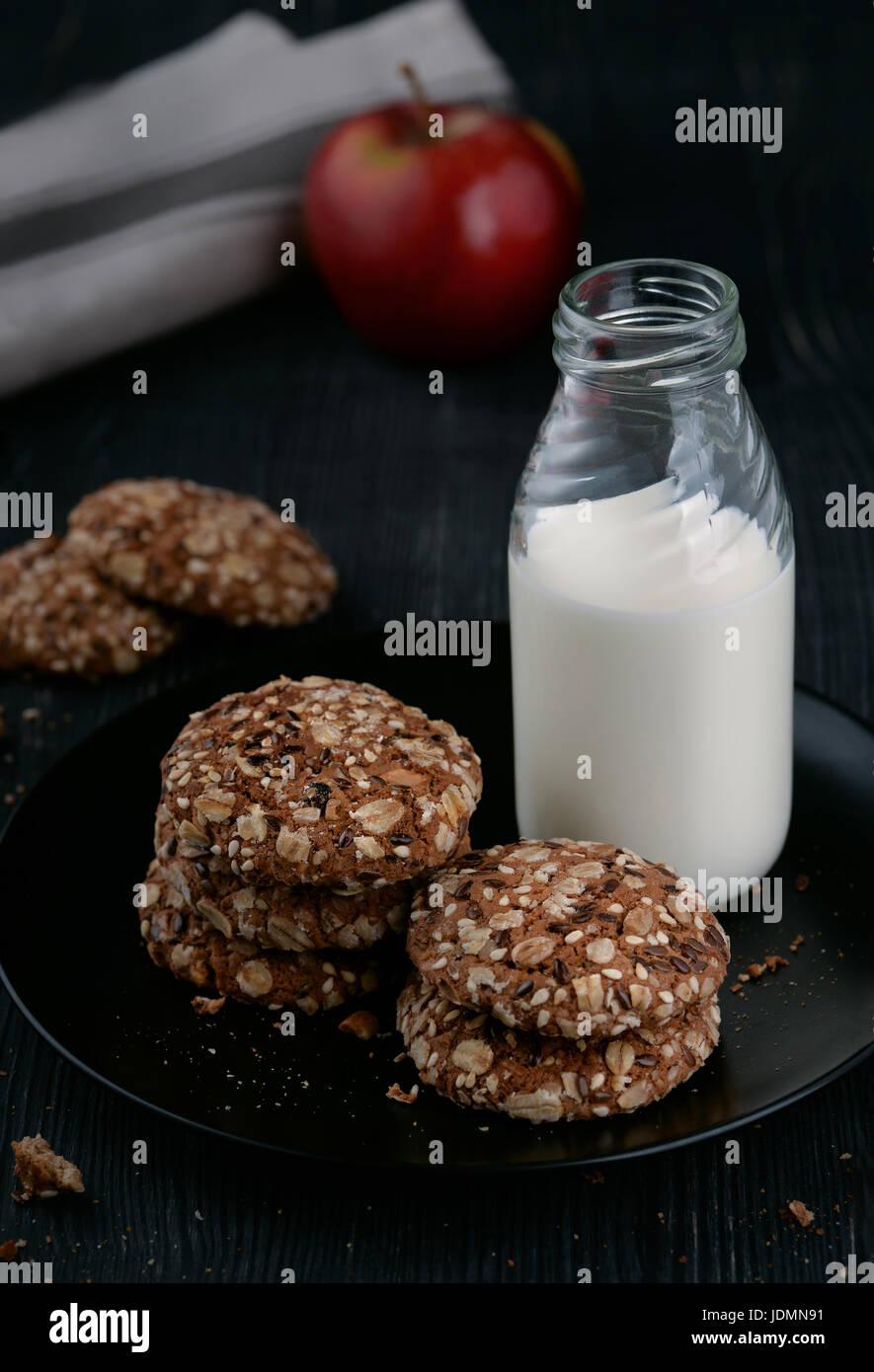 Nature morte avec du lait et des biscuits de blé entier Photo Stock