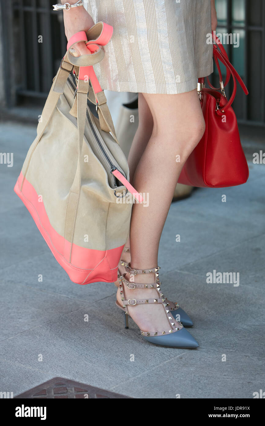 MILAN - le 19 juin   Femme avec chaussures Valentino avec clous et rose et  beige 2420b38f0e3