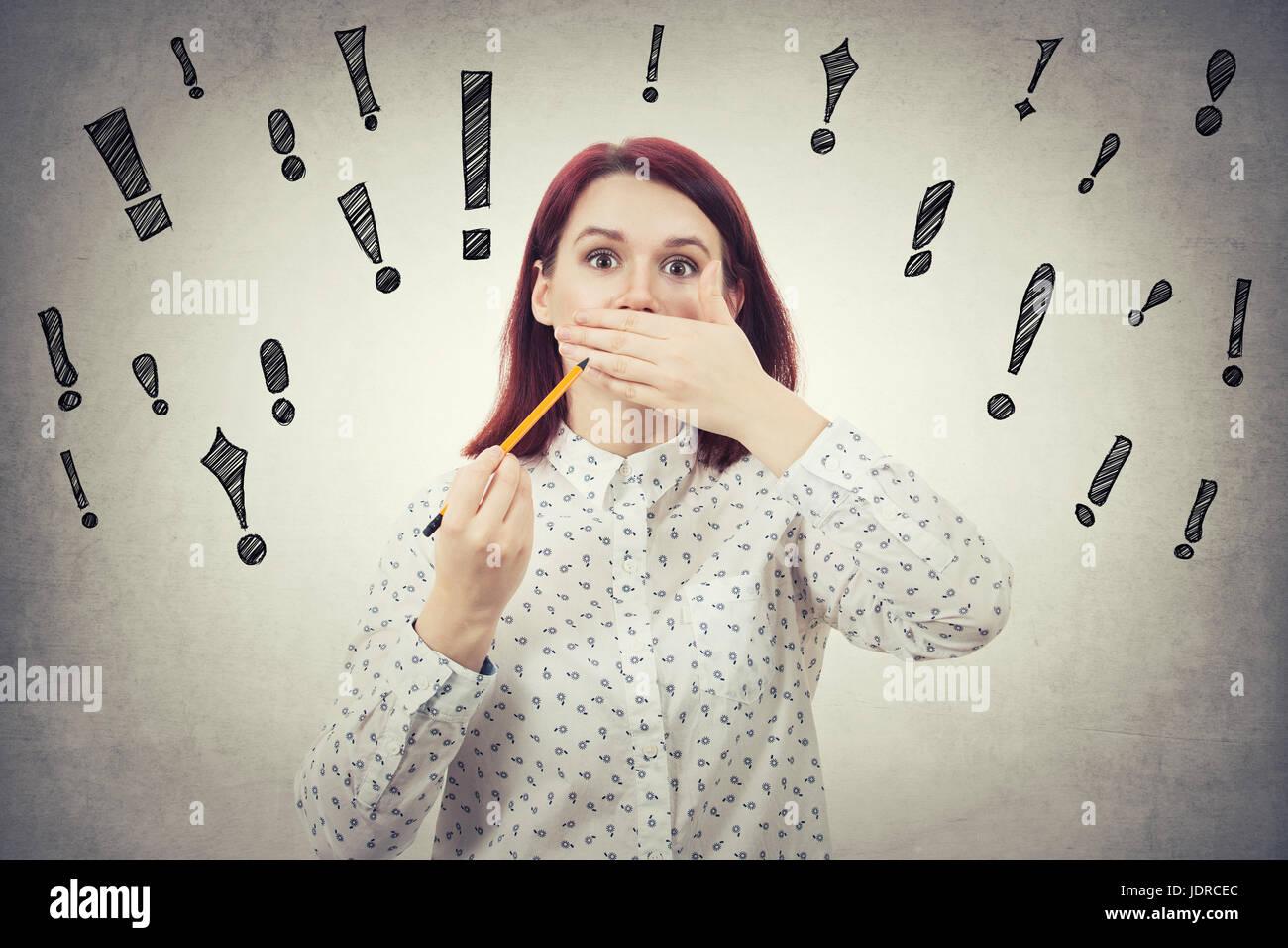 Choqué et jeune fille timide couvrant sa bouche avec la main essaie de cacher, comme expression du visage après Photo Stock