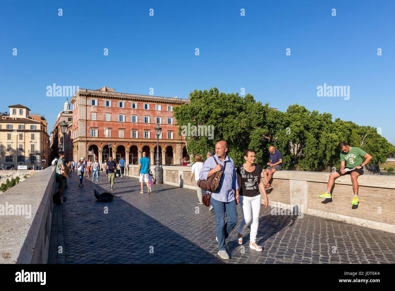 Les gens qui marchent sur le pont Sisto pour aller à la Piazza Trilussa, Trastevere, Rome, Italie Photo Stock