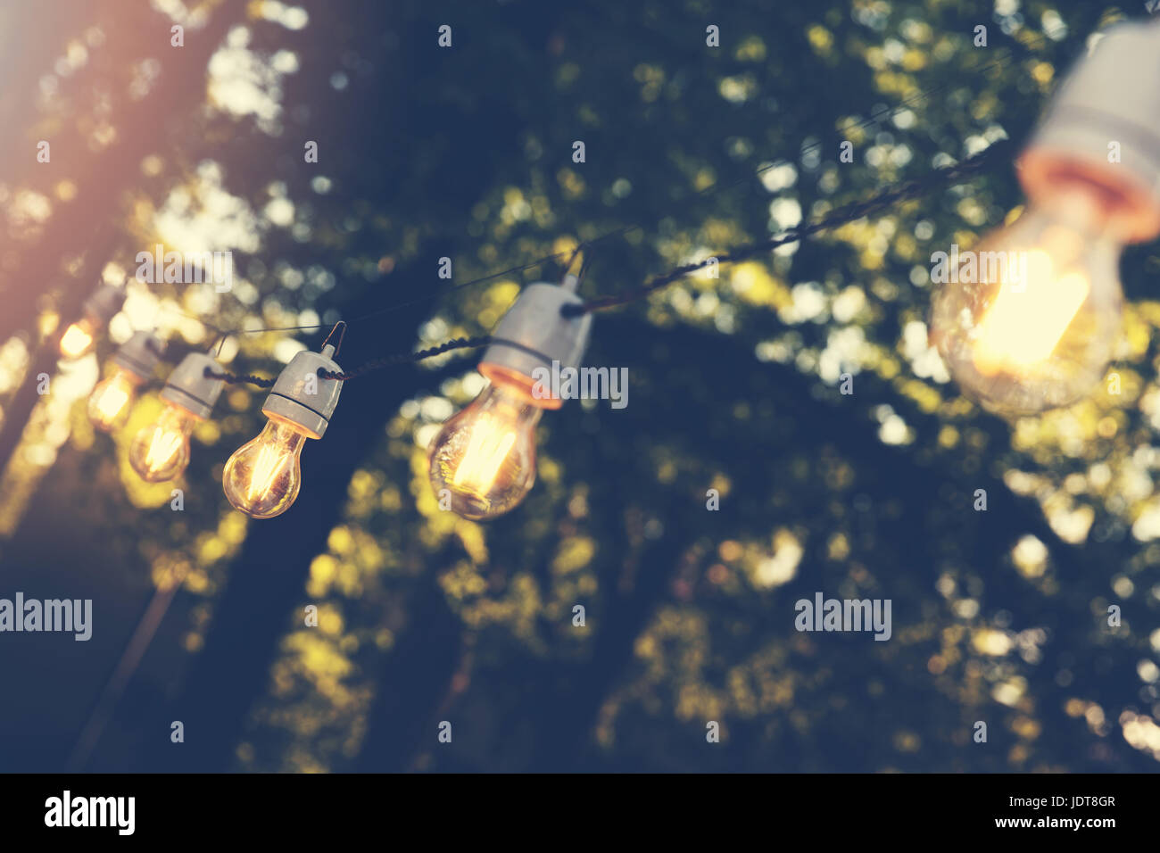 Chaîne de lumières décoratifs suspendus outdoor party Photo Stock