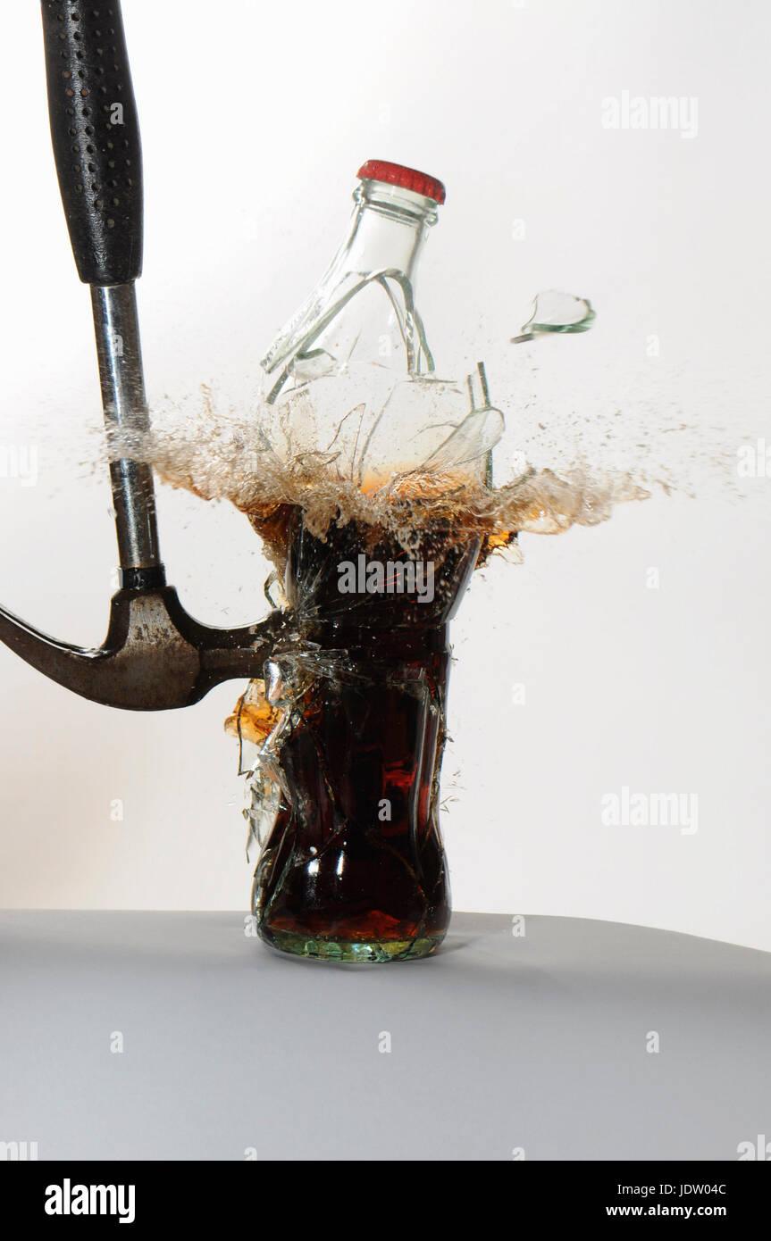 Bouteille de soda verre marteau fracassant Banque D'Images