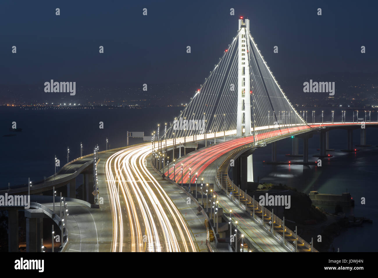 San Francisco-Oakland Bay Bridge Span l'Est dans la nuit. Banque D'Images