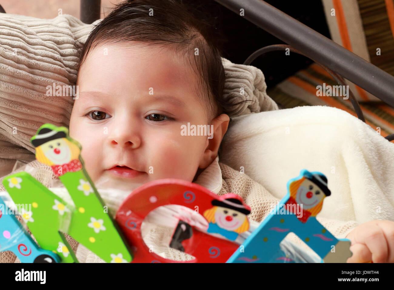 Bébé jouant avec les lettres colorées Photo Stock