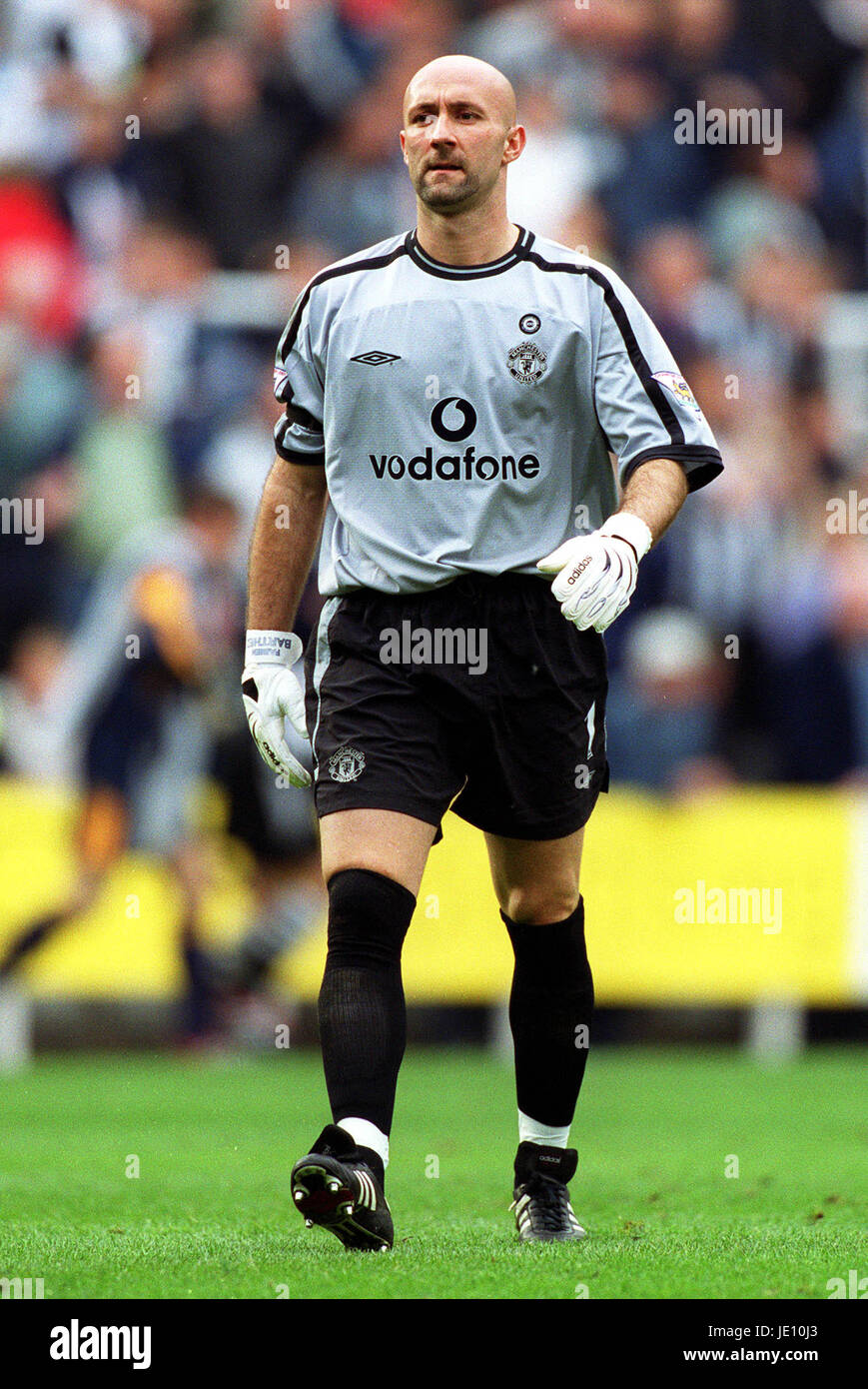 c23b41fa4f4 FABIEN BARTHEZ MANCHESTER UNITED FC ST JAMES PARK NEWCASTLE ANGLETERRE 15  Septembre 2001 Photo Stock