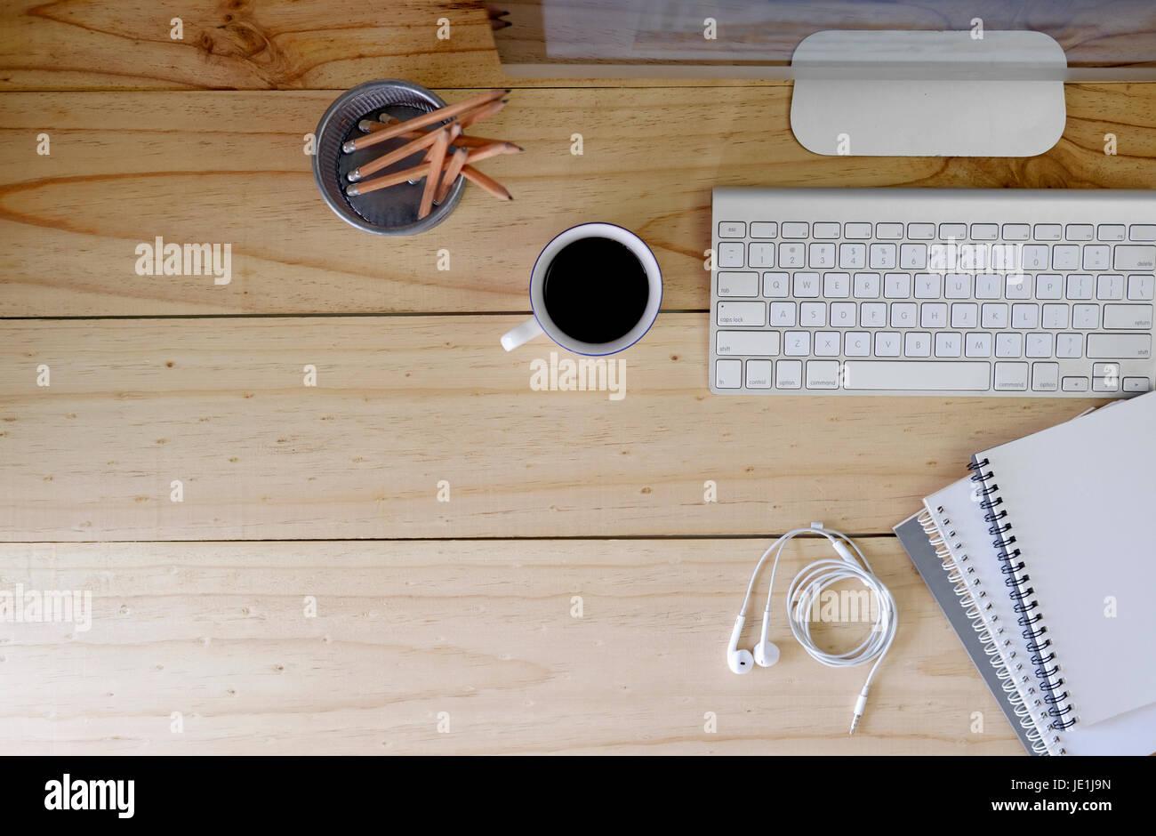 Ordinateur de bureau moderne de l espace de travail sur bois