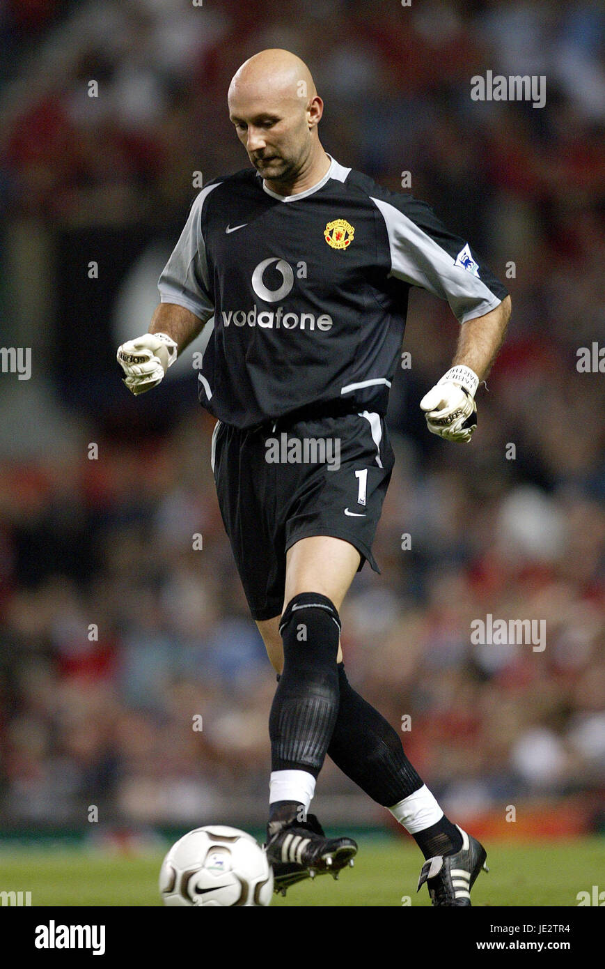ba1626b3d32 FABIEN BARTHEZ MANCHESTER UNITED FC Old Trafford Manchester en Angleterre  le 11 septembre 2002 Photo Stock