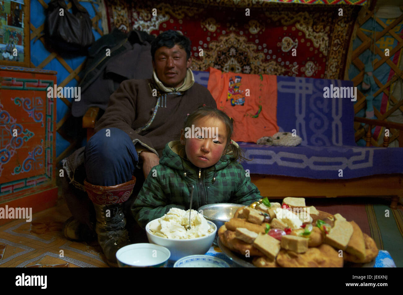 La Mongolie, province Khovd, hiver, Jurte, à l'intérieur, les nomades, jeune homme avec son fils, Photo Stock
