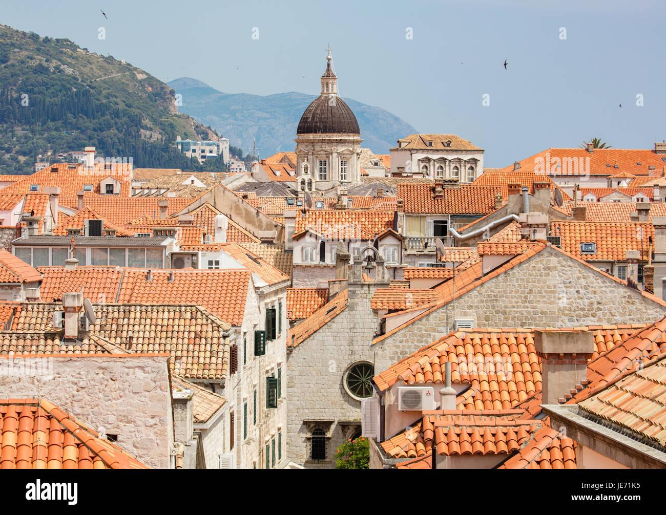 Vue depuis la grande muraille entourant la belle ville médiévale de toit rouge et de Dubrovnik, sur la Photo Stock