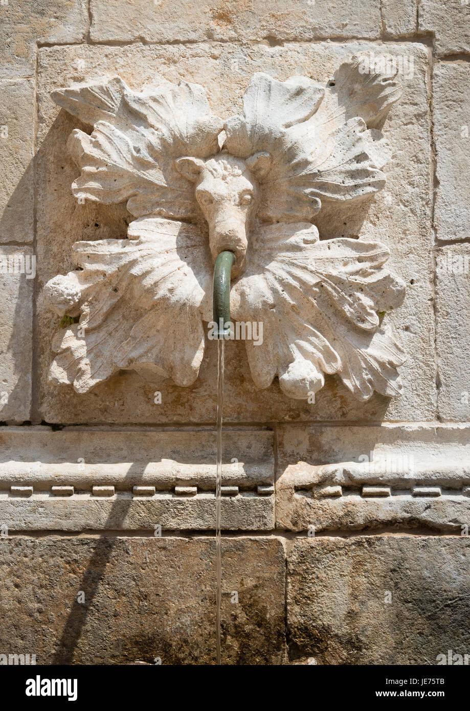 Plaque de la Gargouille et conduite d'eau sur la grande fontaine d'Onofrio à l'intérieur des murs de la vieille ville de Dubrovnik en Croatie Banque D'Images