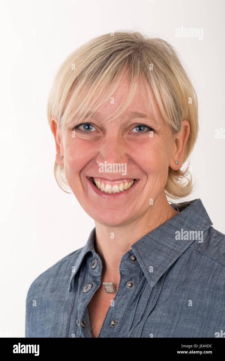 Portrait Portrait d'une belle blonde d'âge moyen des femmes habillées en gris veste d'affaires - studio shot devant Banque D'Images
