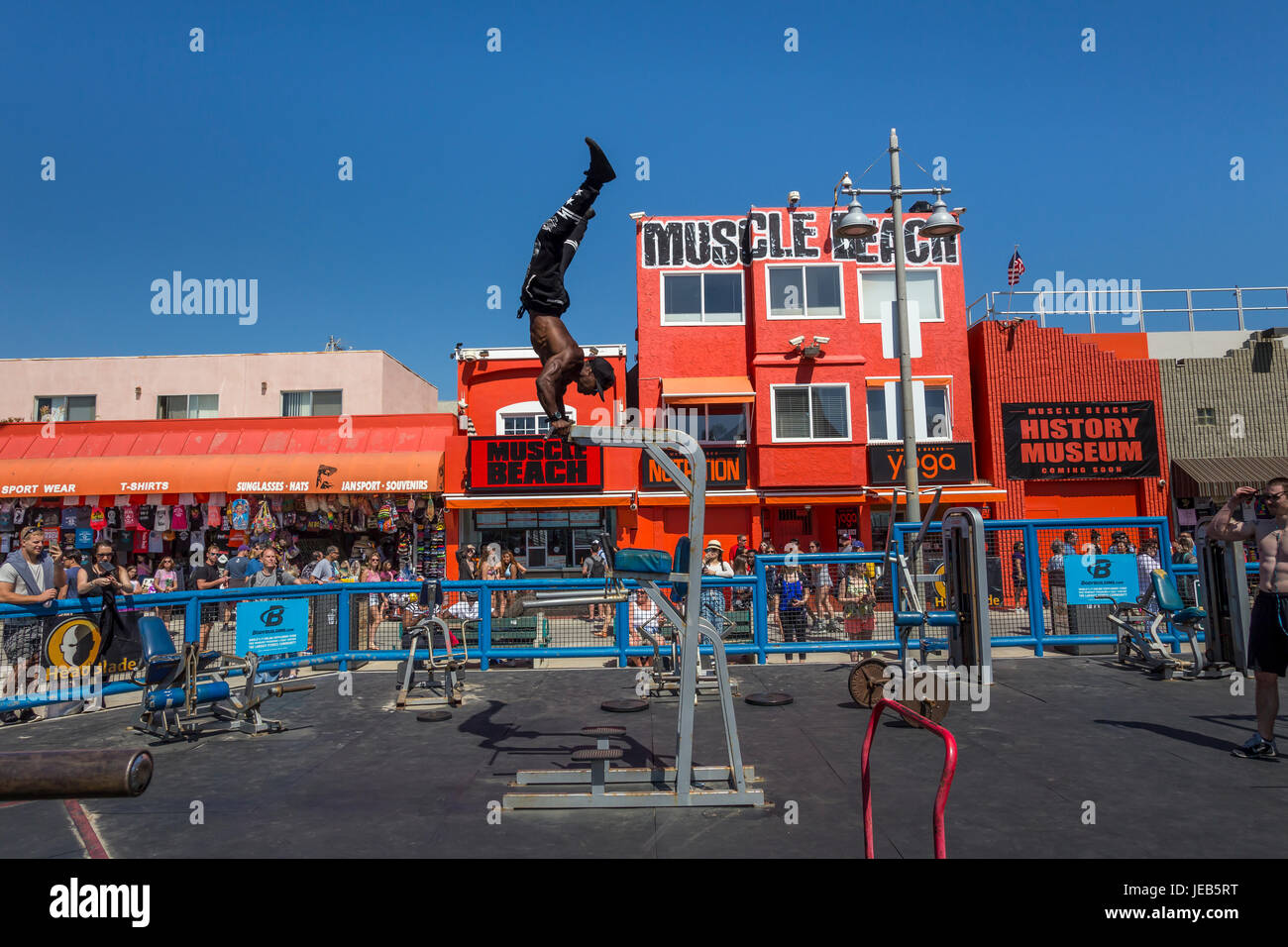 Adulte, homme, homme, étirement, bodybuilder, bodybuilding, Muscle Beach, Muscle Beach Venice, Venice Beach, Photo Stock