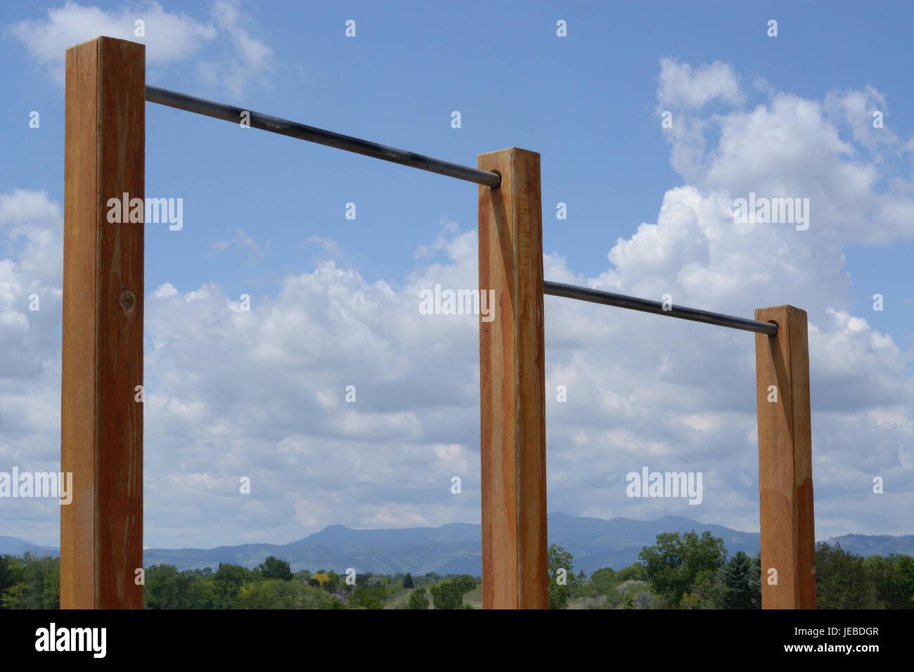 Circuit extérieur chin up bars avec des Montagnes Rocheuses et du ciel en arrière-plan Photo Stock