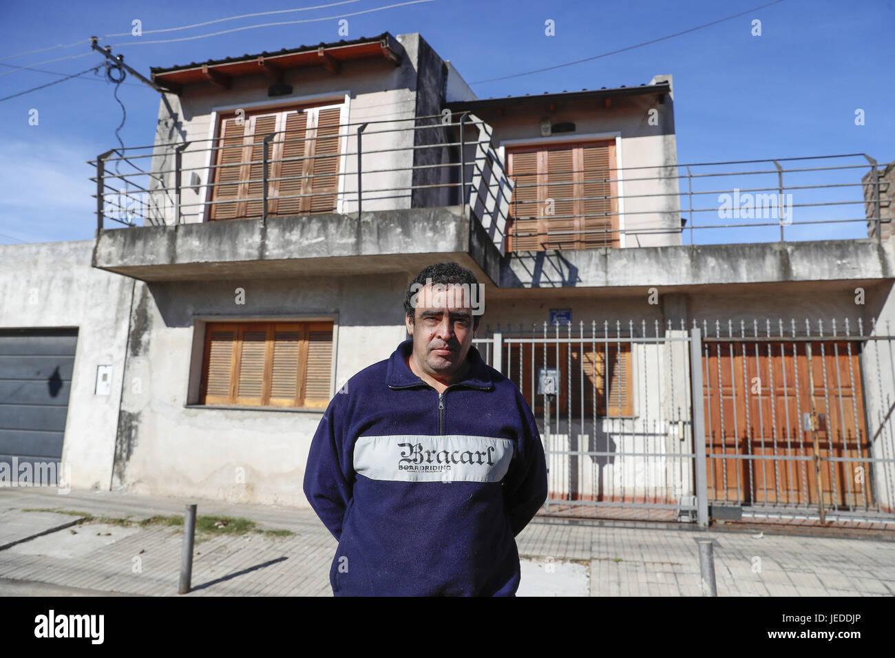 Jose luis manacave pose pour le photographe en face de la maison où largentin lionel messi a grandi dans la région de las heras quartier del rosario à