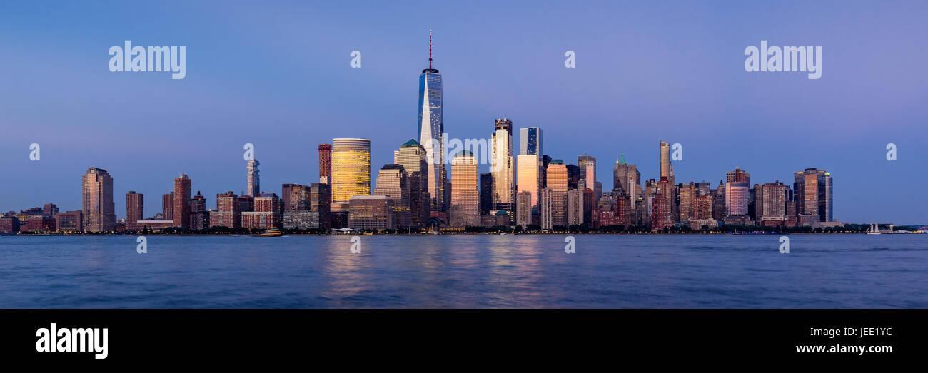 Le quartier financier de la ville de New York Hudson River et de gratte-ciel au coucher du soleil. Vue panoramique de Manhattan Banque D'Images
