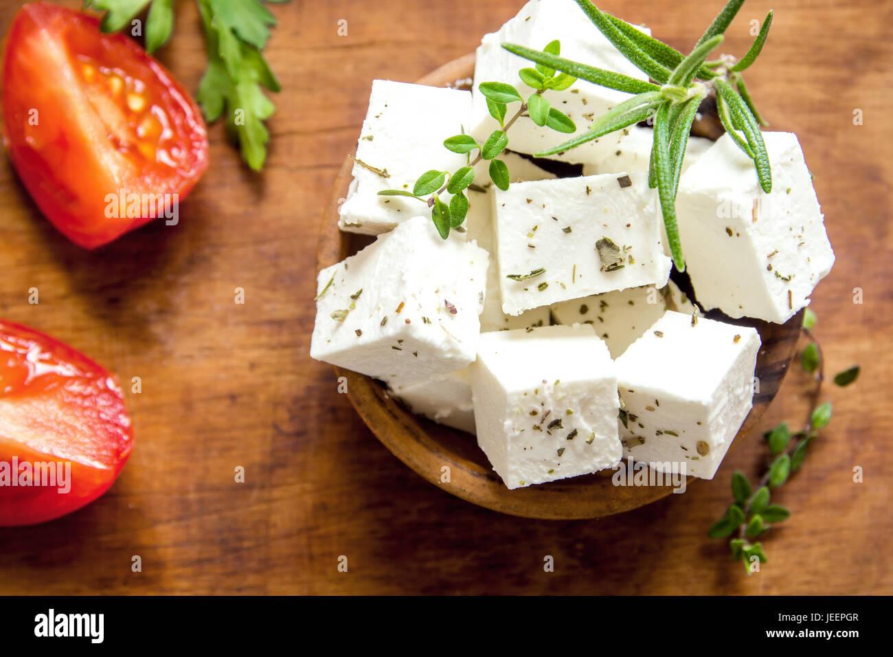 Feta grecque frais. Sain ingrédient pour la cuisson de la salade. Fromage feta de chèvre aux fines herbes. Photo Stock