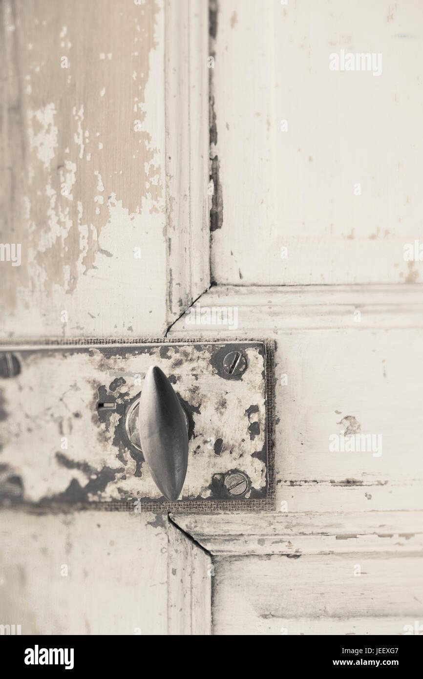 Vieille porte en close up. Poignée rustique en bois vieilli vintage sur entrée. Banque D'Images
