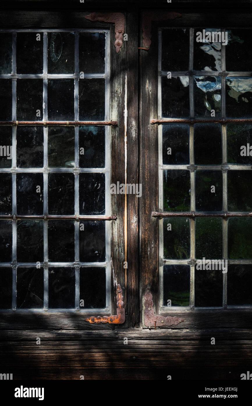 Vieille maison de bois de la fenêtre. Détail de construction en milieu rural. Accueil Campagne scandinave. Banque D'Images