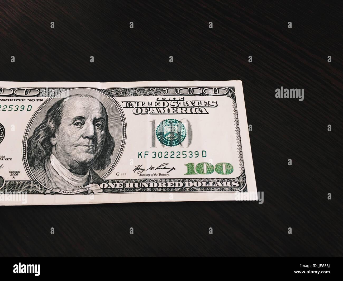 Une centaine de dollars sur la table Banque D'Images