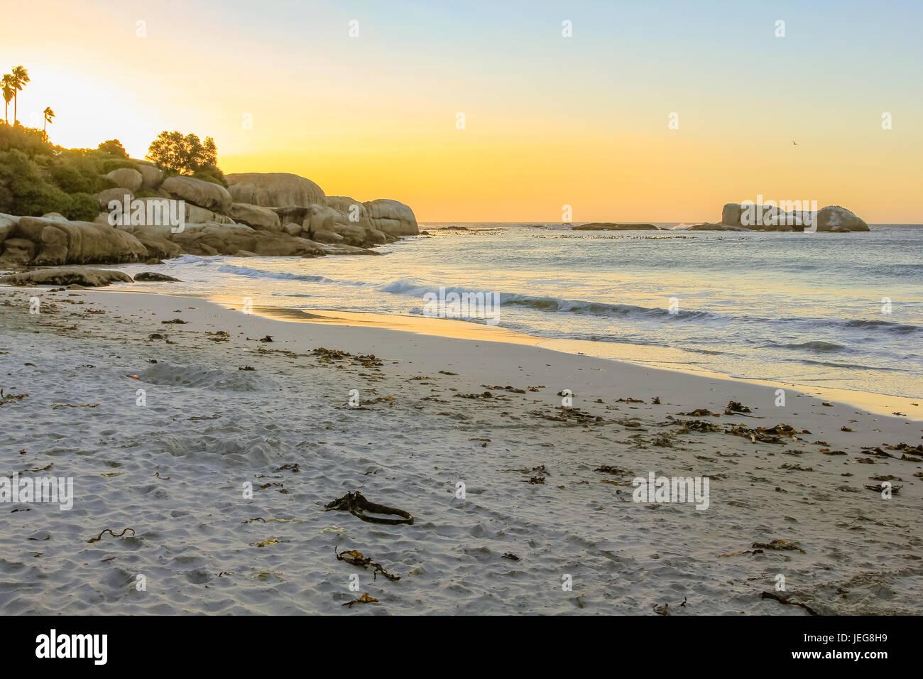 Long et blanc au coucher du soleil spectaculaire plage de Camps Bay à Cape Town, Afrique du Sud, vue sur l'océan Banque D'Images