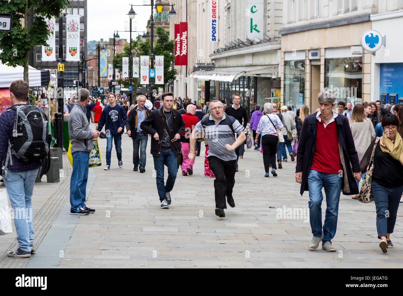 Newcastle-upon-Tyne, Angleterre, Royaume-Uni. Scène de rue Northumberland, les piétons circulant, boutiques. Photo Stock