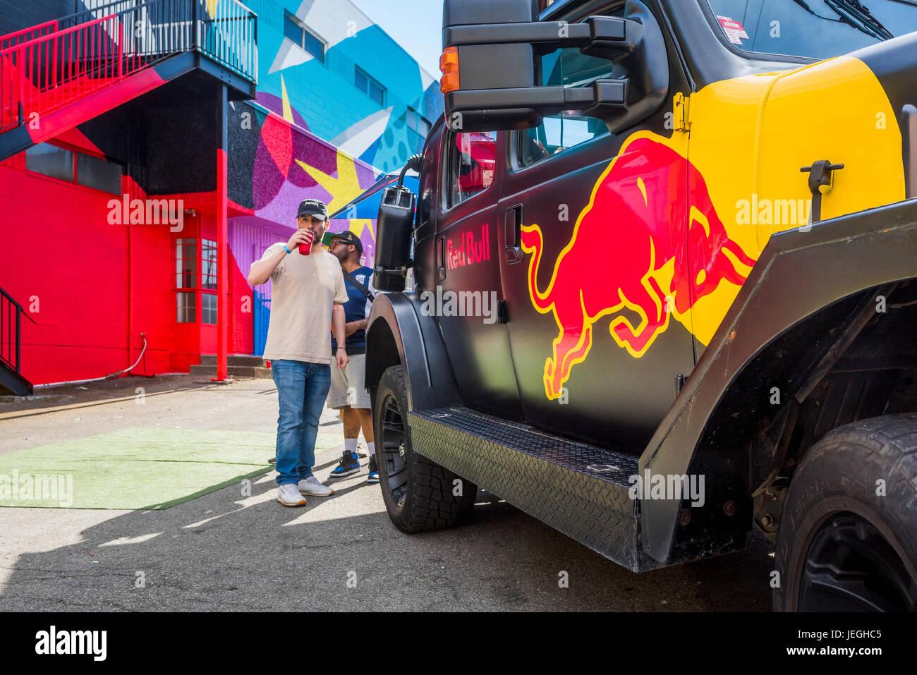 Vancouver, Canada. Jun 24, 2017. Red Bull véhicule, fête de rue Strathcona, Vancouver Festival murale, Photo Stock