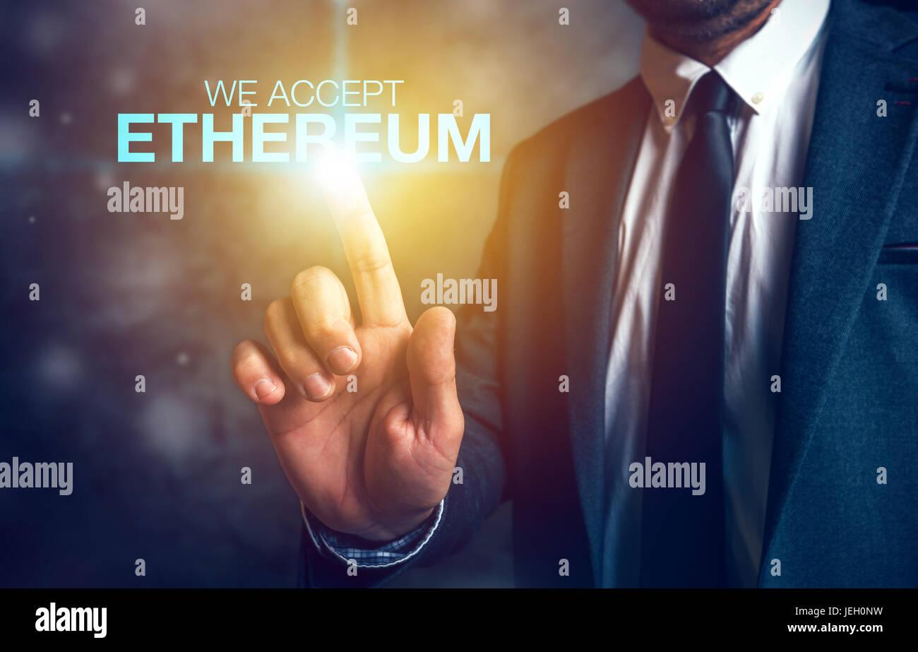 Nous acceptons l'Ethereum concept cryptocurrency avec businessman Banque D'Images
