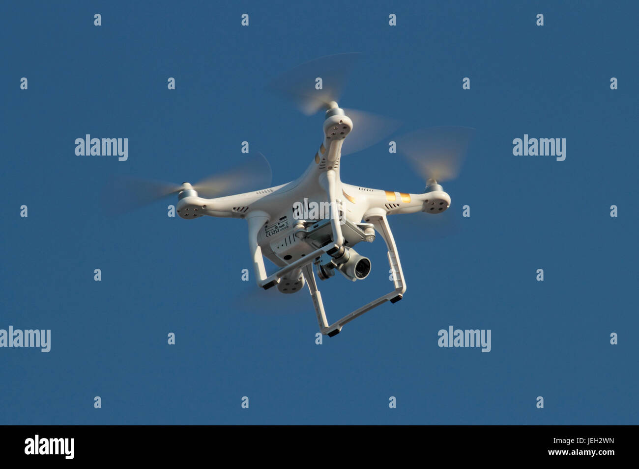 DJI Phantom quadcopter 3 drone photographique, planant avec l'appareil photo vers le bas Photo Stock