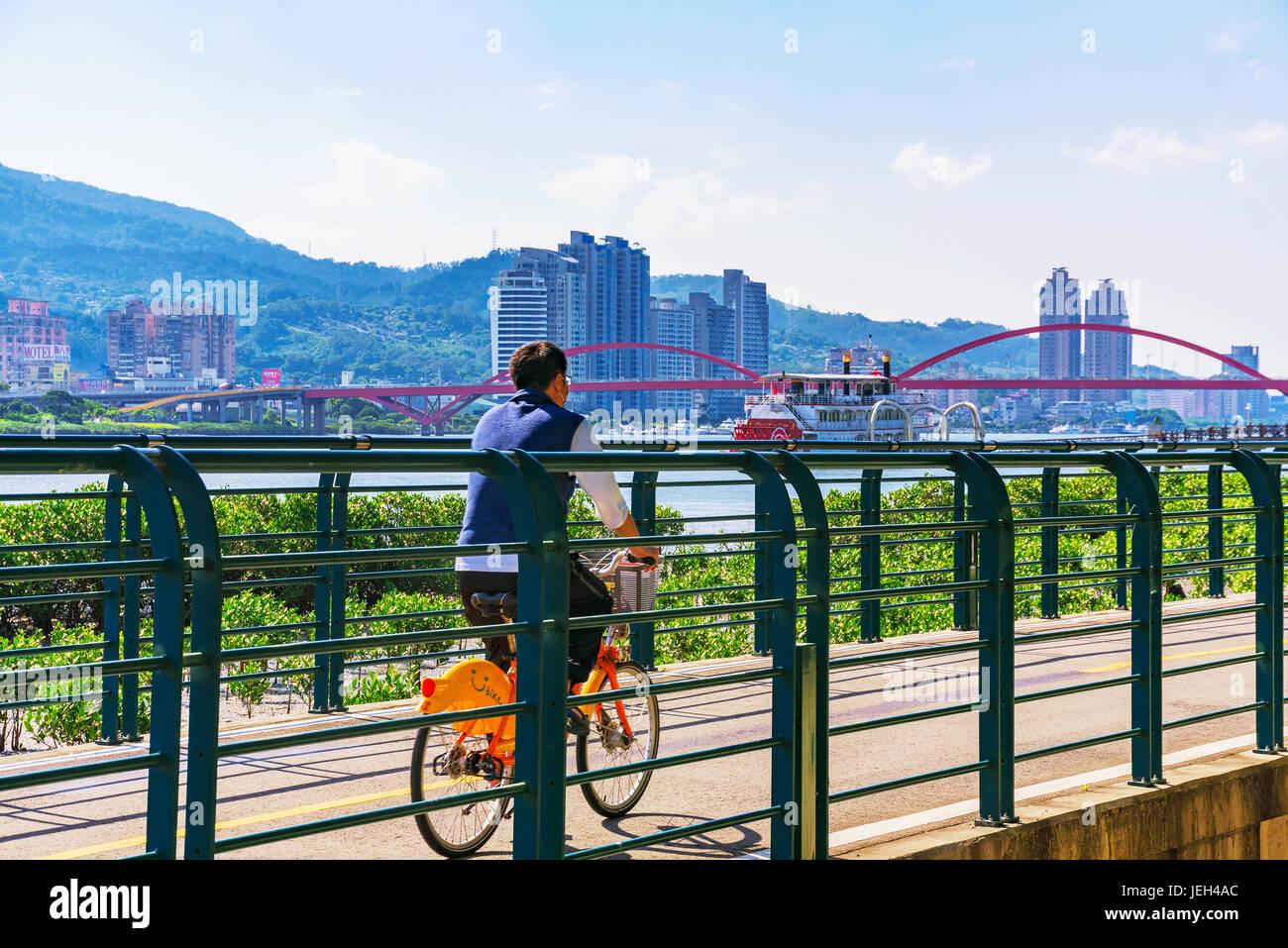 TAIPEI, TAIWAN - Le 29 mai: il s'agit d'une vue panoramique d'un homme à vélo sur un Photo Stock