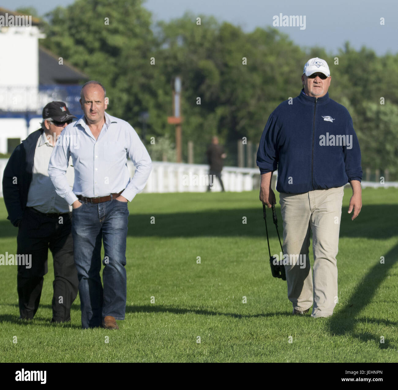 Trainer Kenny McPeek met Investec Oaks contender cheval 'Daddys Lil Darling' par ses pas sur la Dealey Plaza. Avec: Kenny McPeek Où: Epsom, Royaume-Uni Quand: 26 mai 2017 Banque D'Images